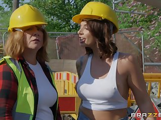 Curvy babe Ivy Lebelle fucks with a construction worker hardcore