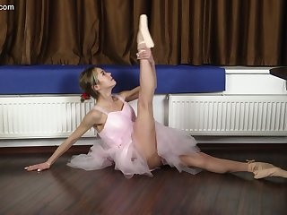 Petite Russian ballerina Agata Berezka gets naked and does the splits