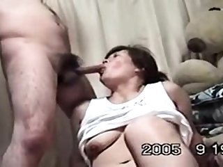 Mature Japanese AV Model gives an amazing blowjob