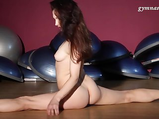 Trimmed pussy Masha Korjagina is naked and loves to dance like that
