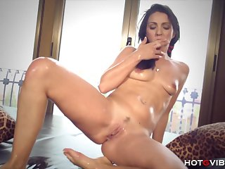 Juicy Pussy Squirting: Watch this hot latina babe making her pussy squirt