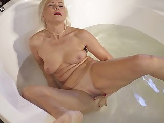 Sylvie masturbates in the hot tub and goes off the edge for you