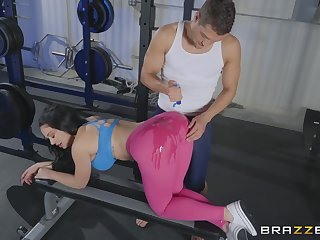 Sporty MILF in tights Brooke Beretta oiled up, pounded and cum sprayed